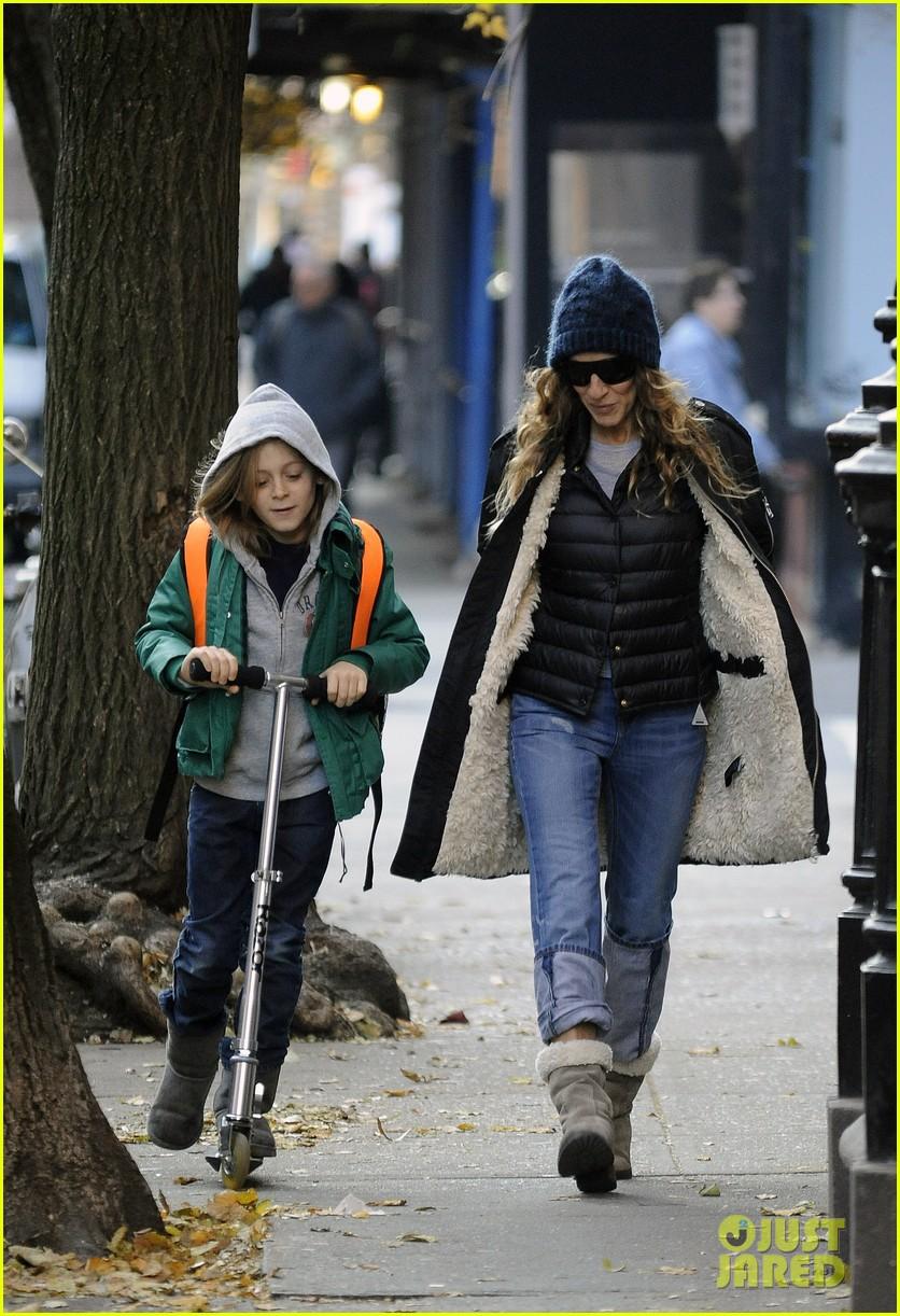 sarah jessica parker matthew broderick school stroll with kids 07