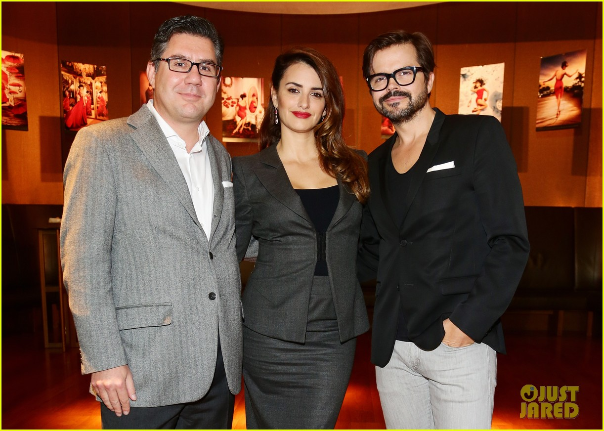 penlope cruz campari calendar unveiling press conference 14