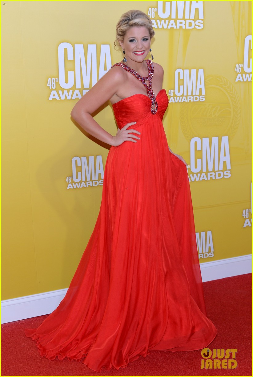 kellie pickler cma awards 2012 red carpet 04