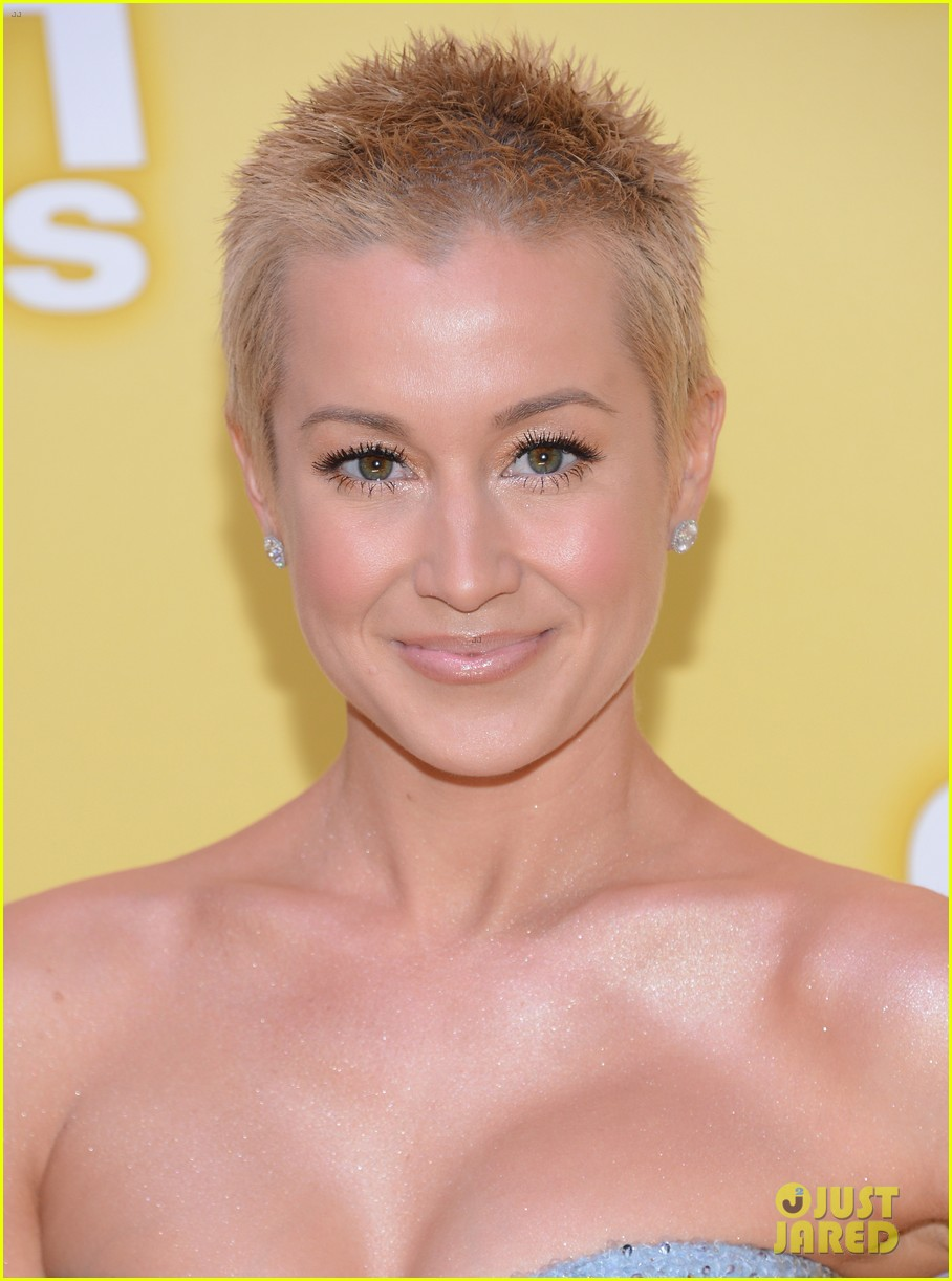 kellie pickler cma awards 2012 red carpet 09