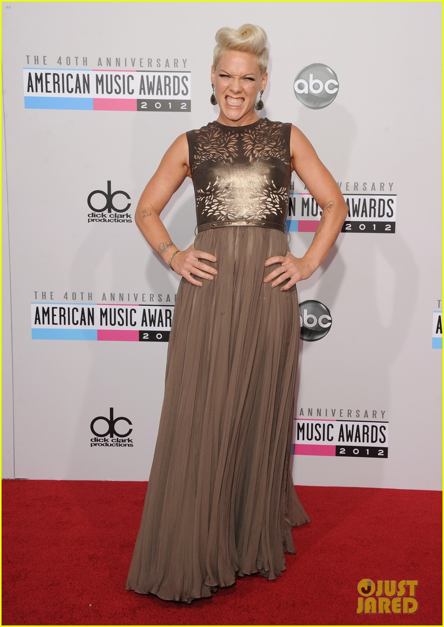pink carey hart amas 2012 red carpet 012760163