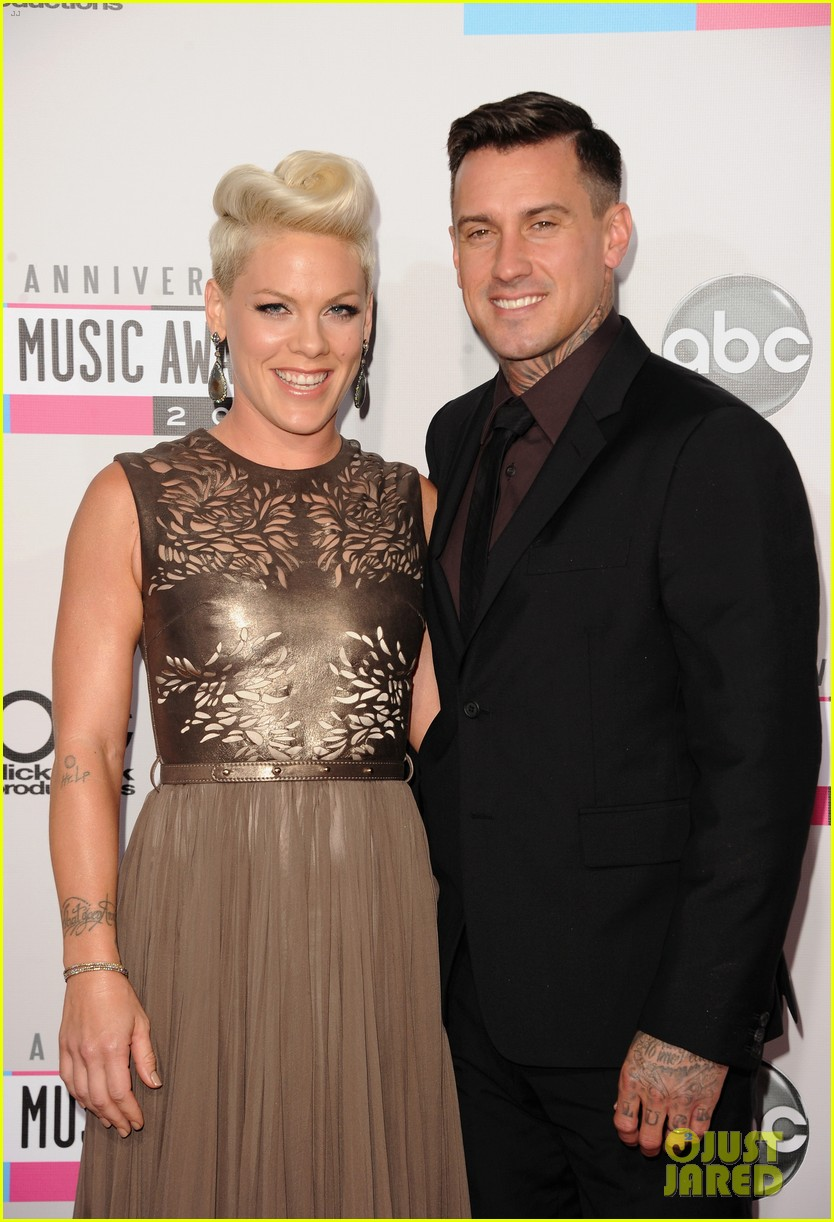 pink carey hart amas 2012 red carpet 03