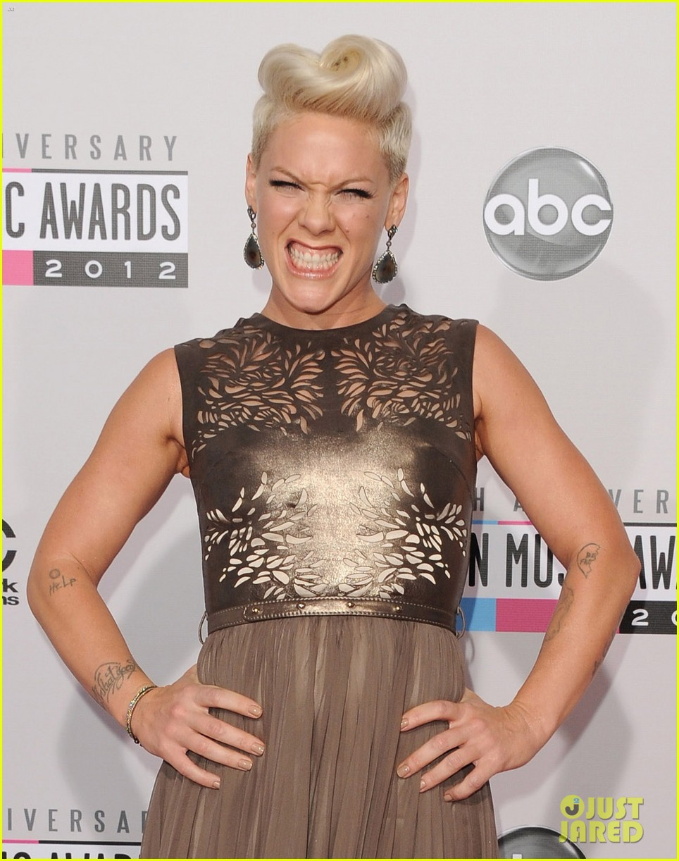 pink carey hart amas 2012 red carpet 042760166
