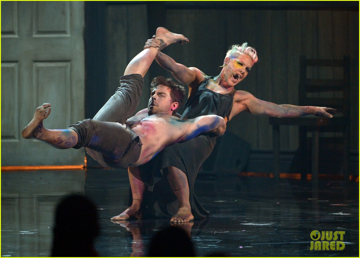 pink try performance at amas 2012 watch now 052760382