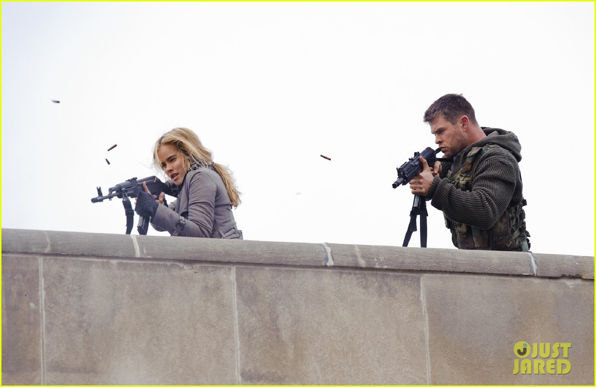 chris hemsworth red dawn exclusive images 032760103