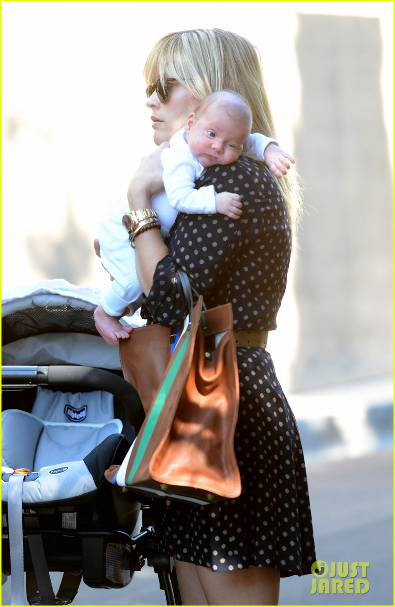 reese witherspoon baby tennessee los angeles outing 01