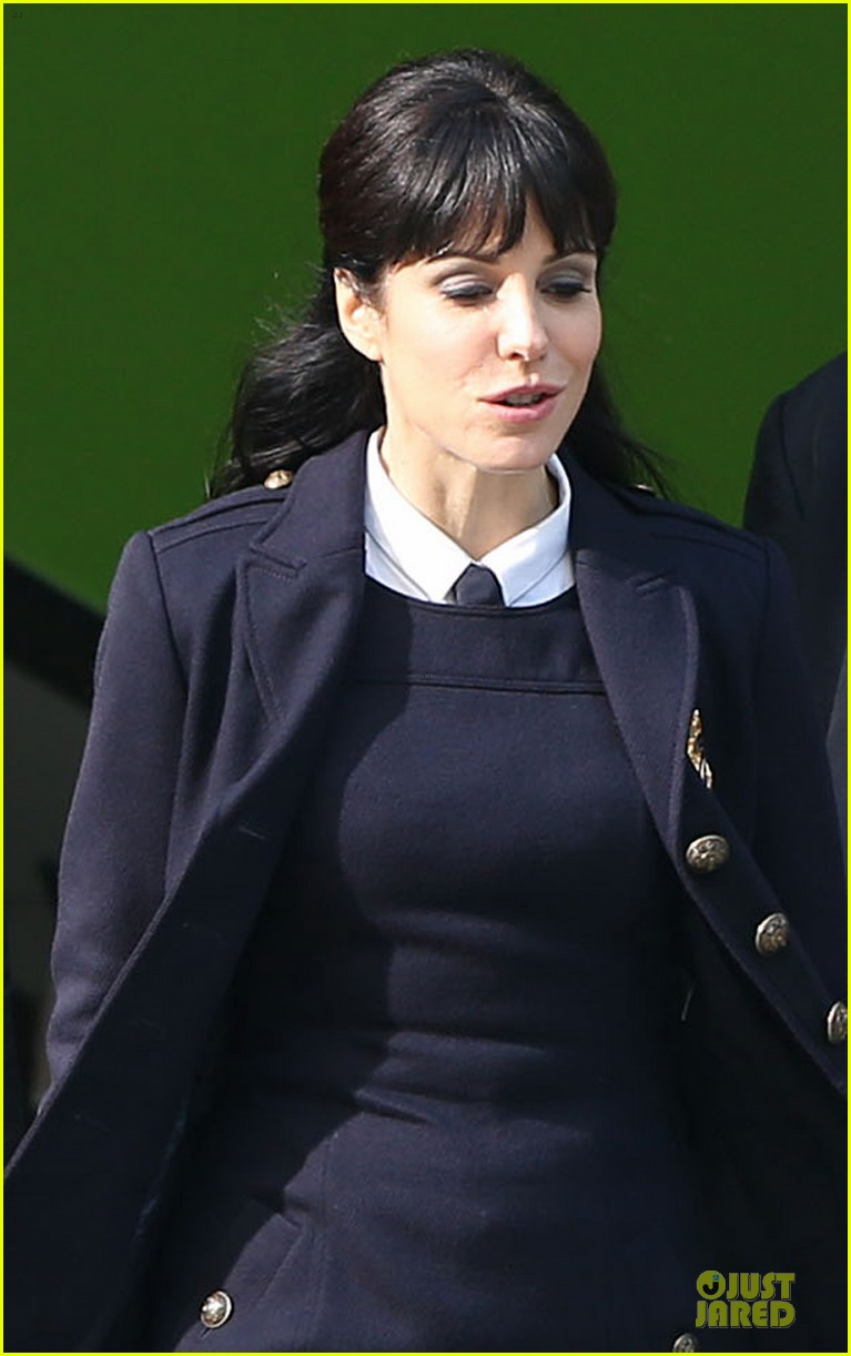 ryan reynolds ripd reshoots with mary louise parker 24