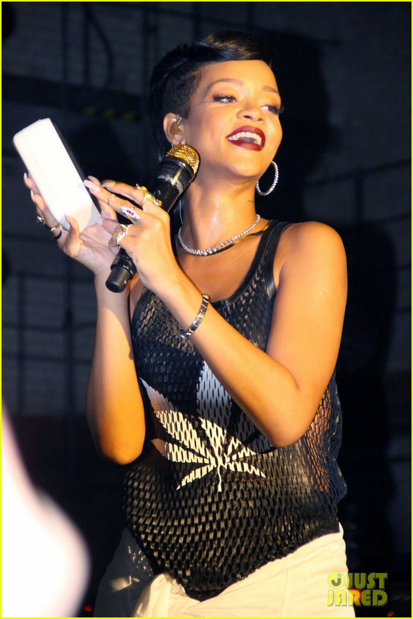 rihanna 777 tour hits berlin unapologetic in stores now 022760710
