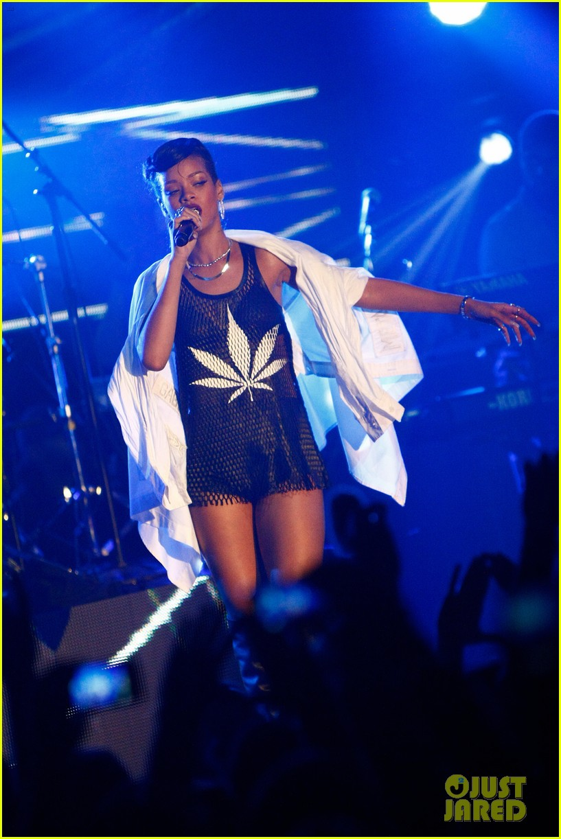 rihanna 777 tour hits berlin unapologetic in stores now 202760728