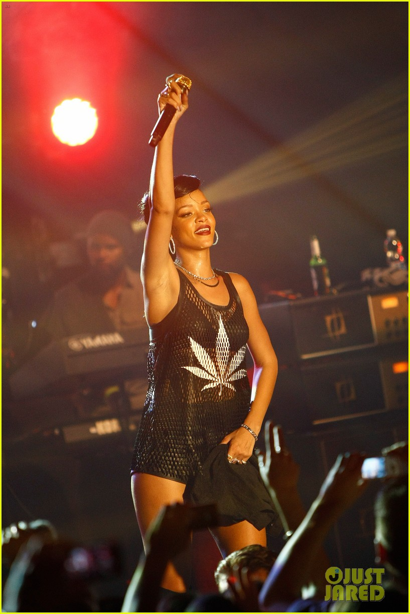 rihanna 777 tour hits berlin unapologetic in stores now 212760729