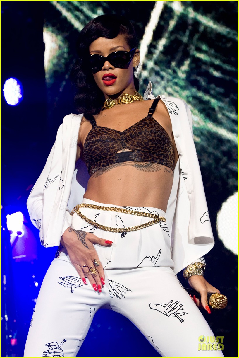 rihanna 777 tour hits london with cara delevingne exclusive 022761125