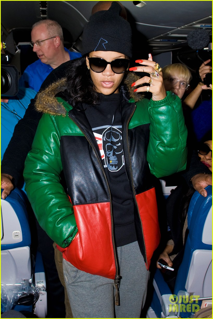 rihanna emerges on 777 tour flight to nyc first pics 01