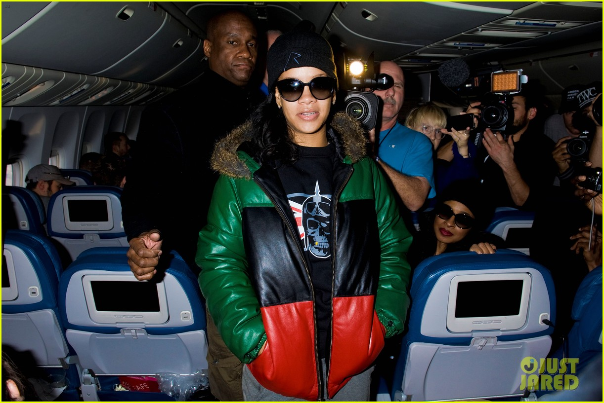 rihanna emerges on 777 tour flight to nyc first pics 02