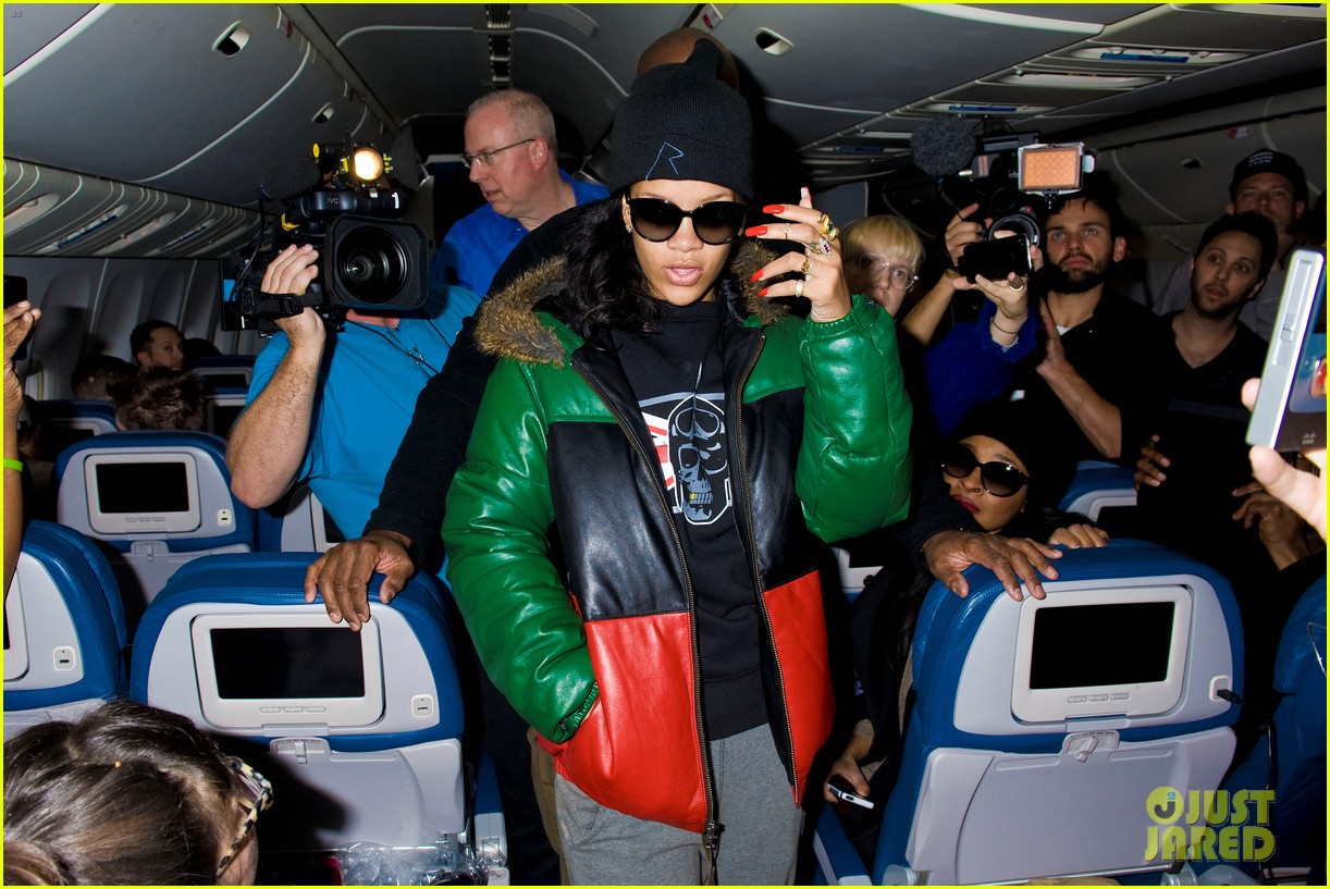 rihanna emerges on 777 tour flight to nyc first pics 042761456