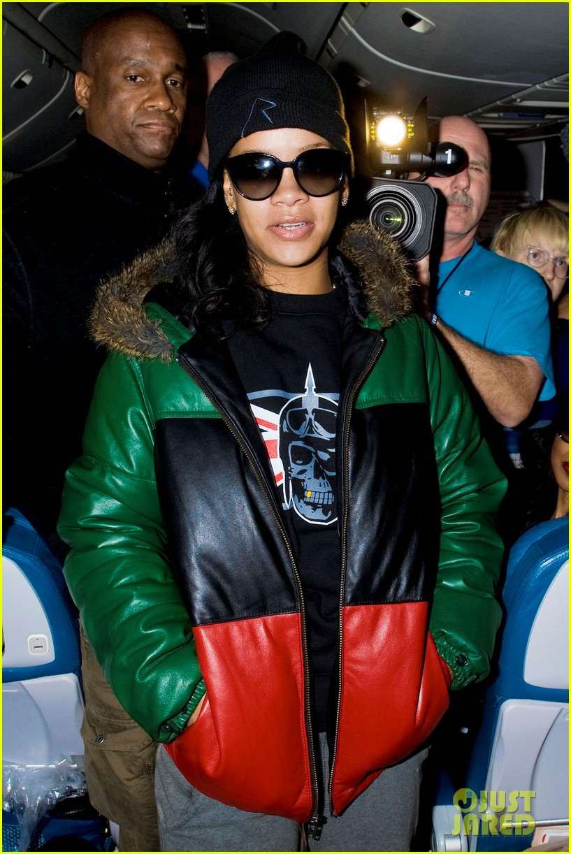 rihanna emerges on 777 tour flight to nyc first pics 052761457