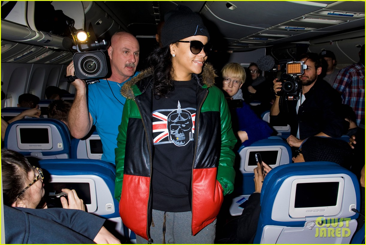 rihanna emerges on 777 tour flight to nyc first pics 072761459