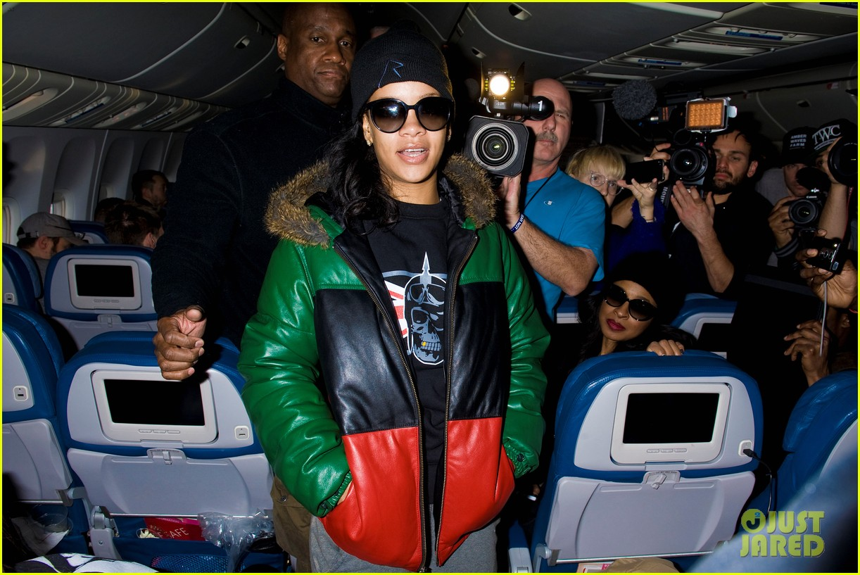rihanna emerges on 777 tour flight to nyc first pics 092761461