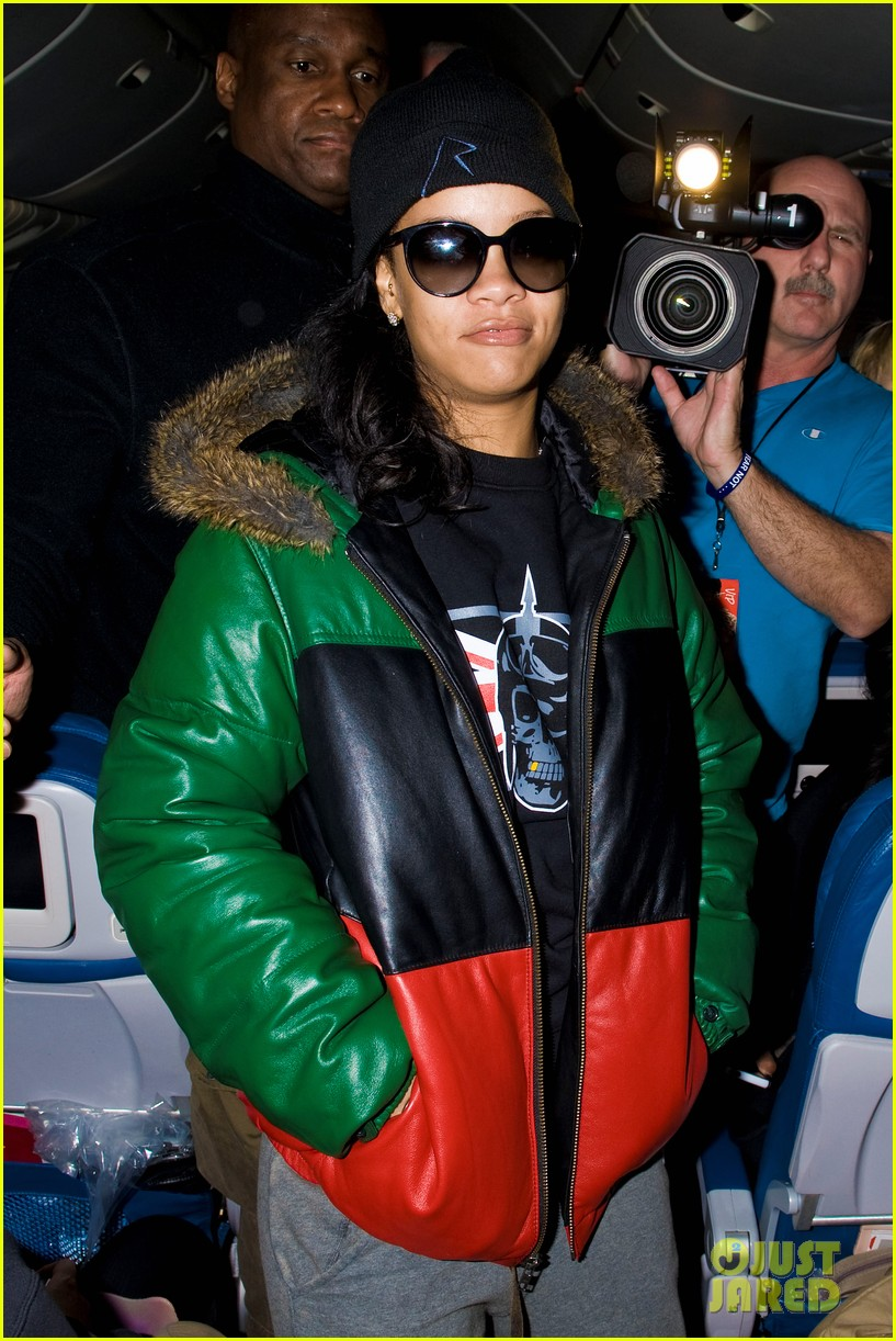 rihanna emerges on 777 tour flight to nyc first pics 102761462