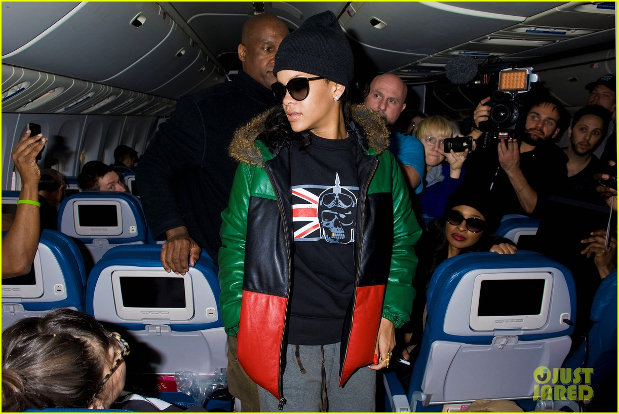 rihanna emerges on 777 tour flight to nyc first pics 112761463