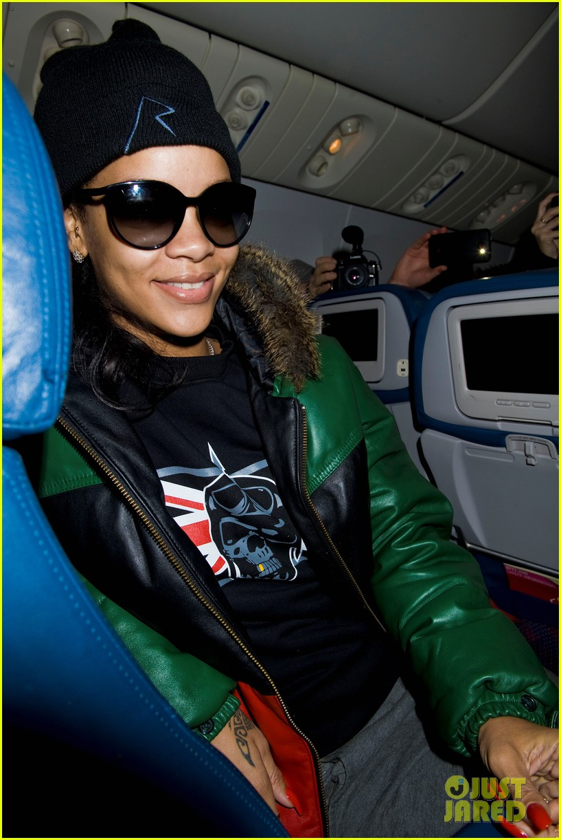 rihanna emerges on 777 tour flight to nyc first pics 12