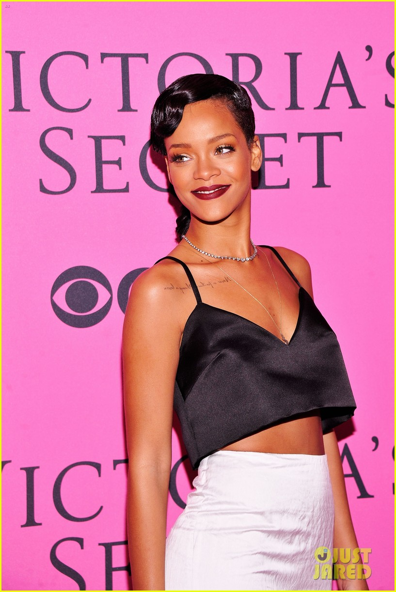 rihanna justin bieber vs fashion show 2012 pink carpet 02