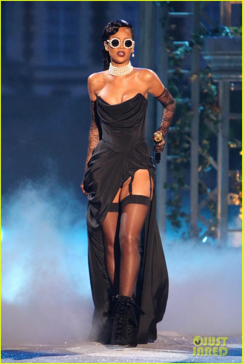 rihanna victorias secret fashion show 2012 performance 012752954