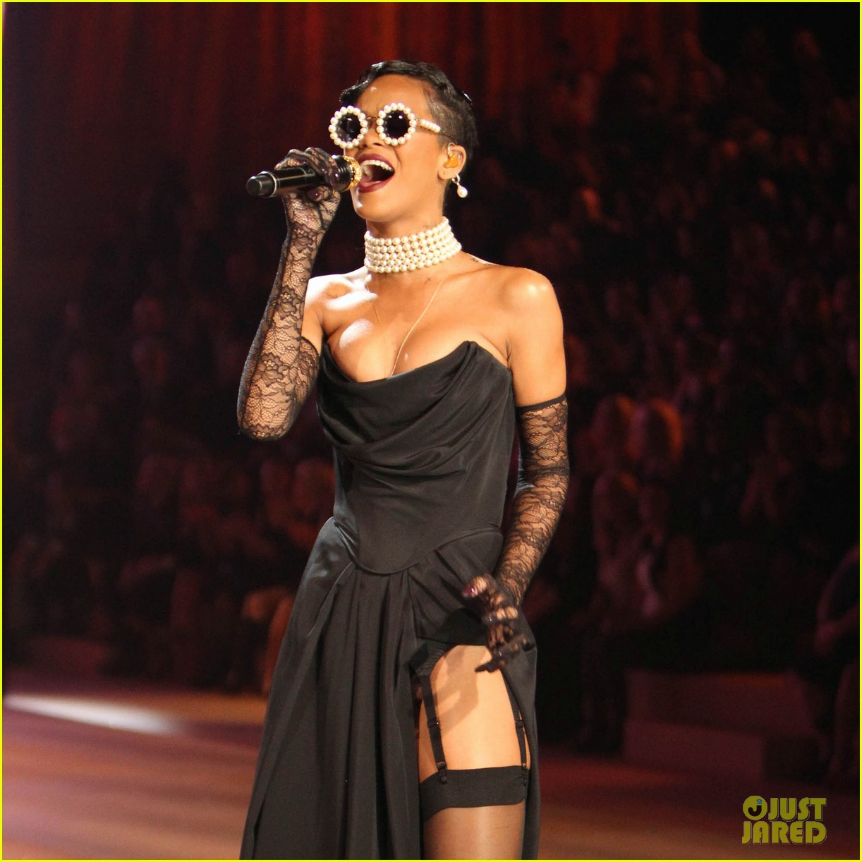 rihanna victorias secret fashion show 2012 performance 02
