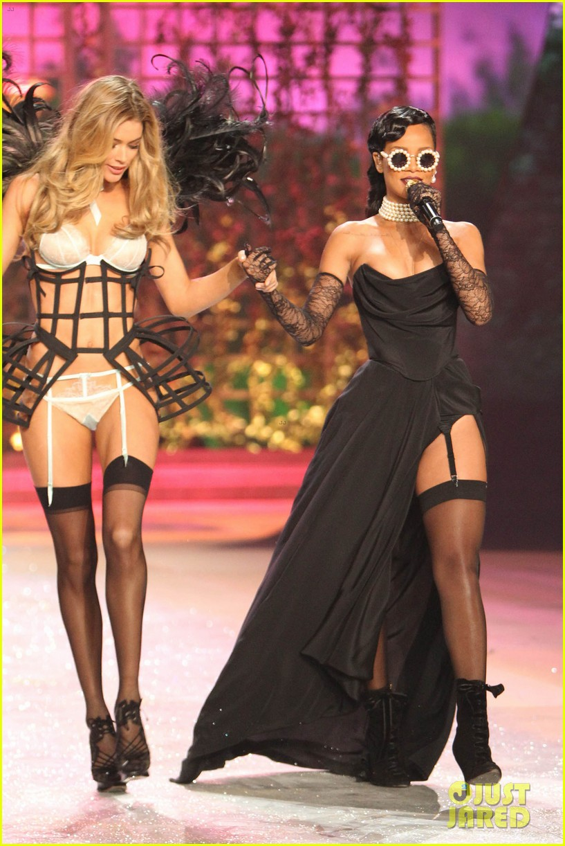 rihanna victorias secret fashion show 2012 performance 032752956