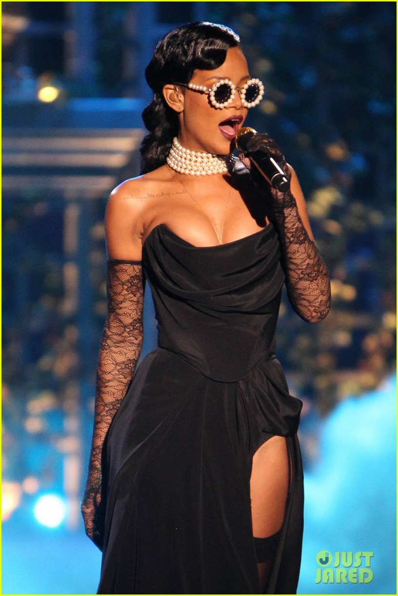 rihanna victorias secret fashion show 2012 performance 092752962