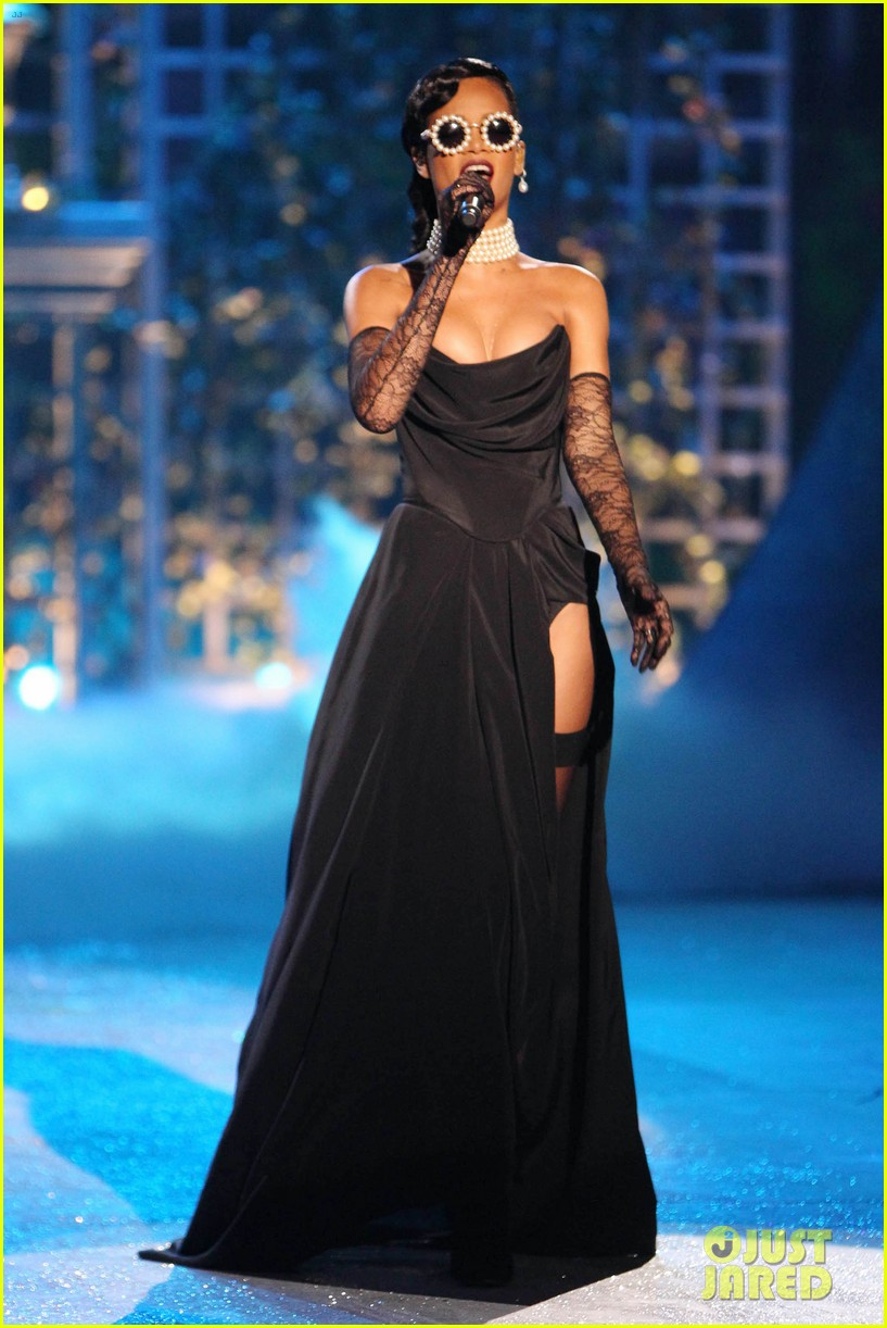 rihanna victorias secret fashion show 2012 performance 112752964