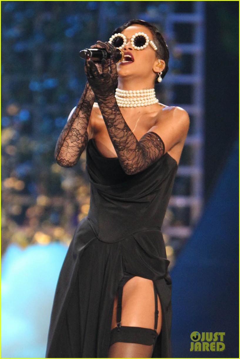 rihanna victorias secret fashion show 2012 performance 132752966