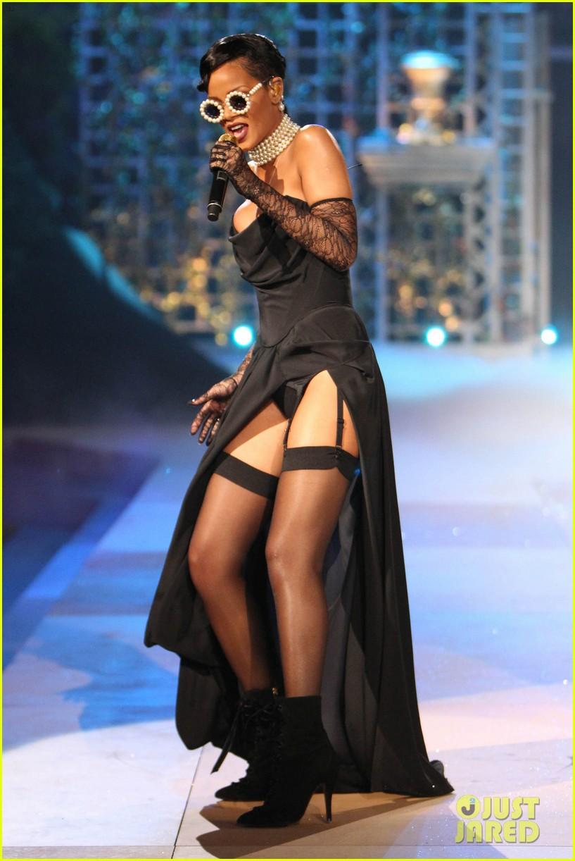 rihanna victorias secret fashion show 2012 performance 152752968