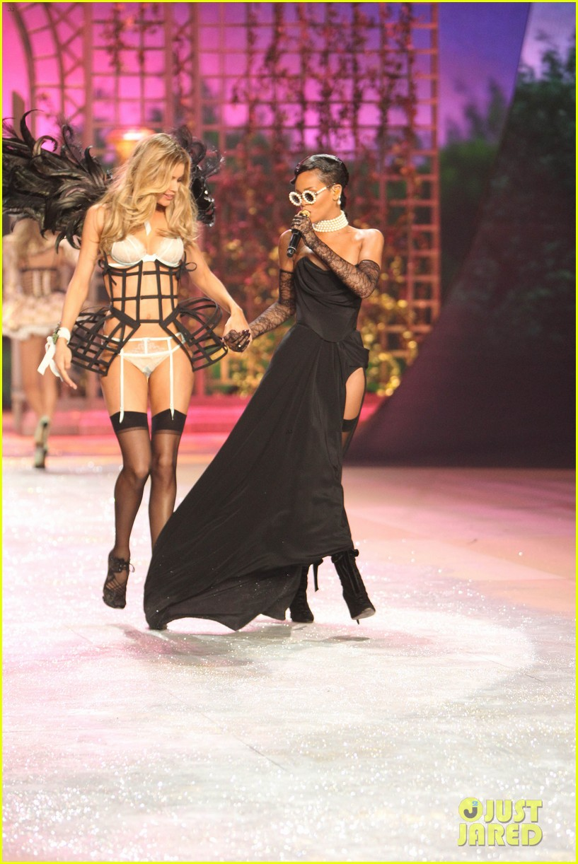 rihanna victorias secret fashion show 2012 performance 16