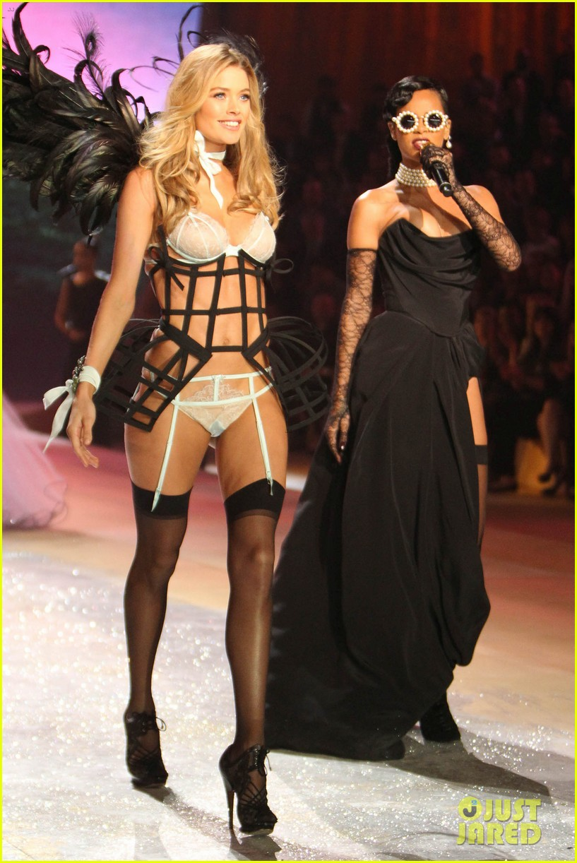 rihanna victorias secret fashion show 2012 performance 172752970
