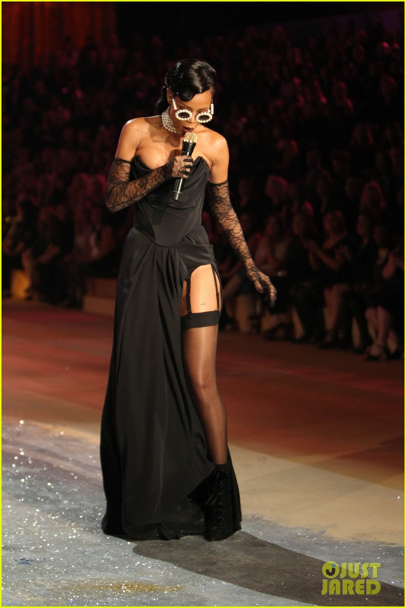 rihanna victorias secret fashion show 2012 performance 192752972