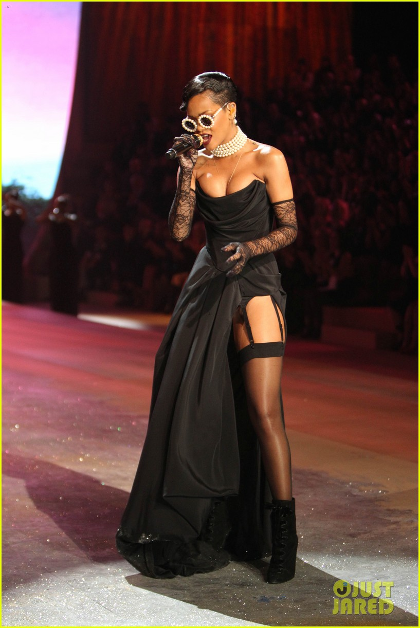 rihanna victorias secret fashion show 2012 performance 212752974