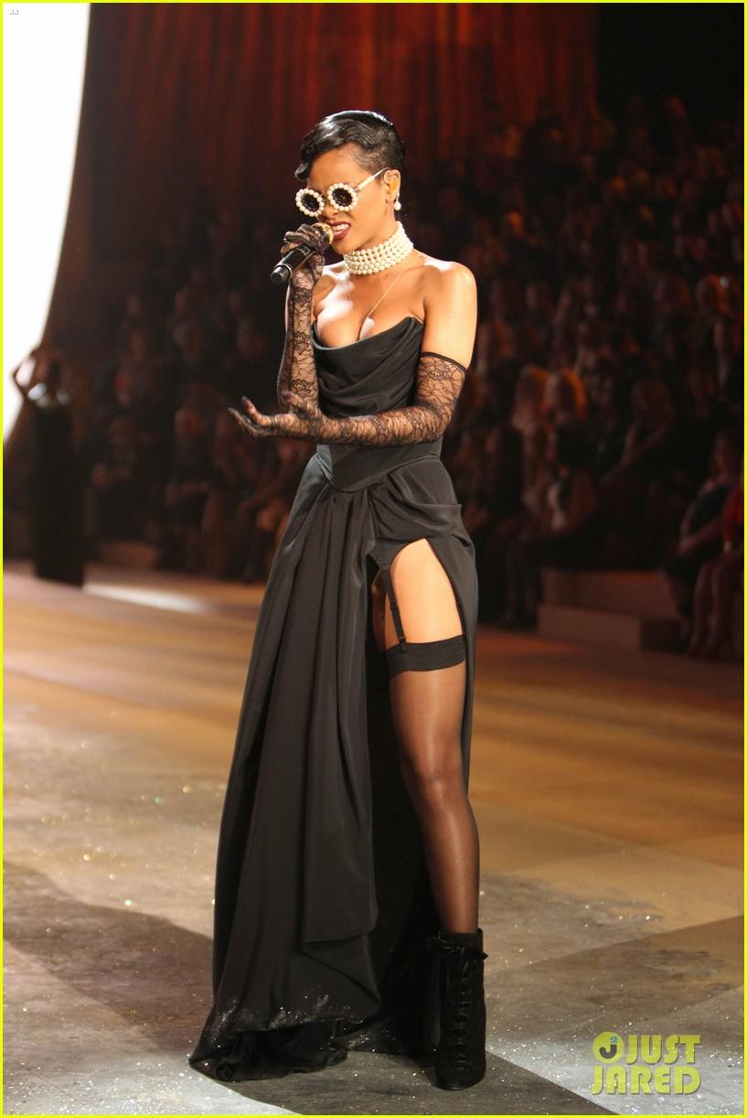 rihanna victorias secret fashion show 2012 performance 242752977