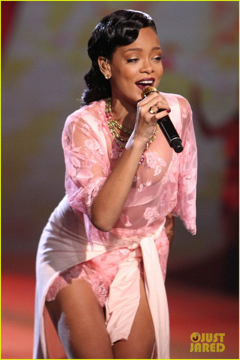 rihanna victorias secret fashion show 2012 performance 28