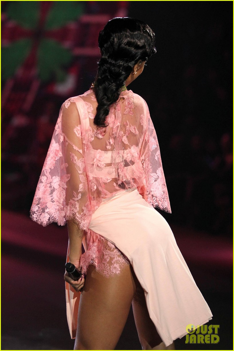 rihanna victorias secret fashion show 2012 performance 32