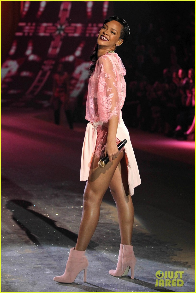 rihanna victorias secret fashion show 2012 performance 34