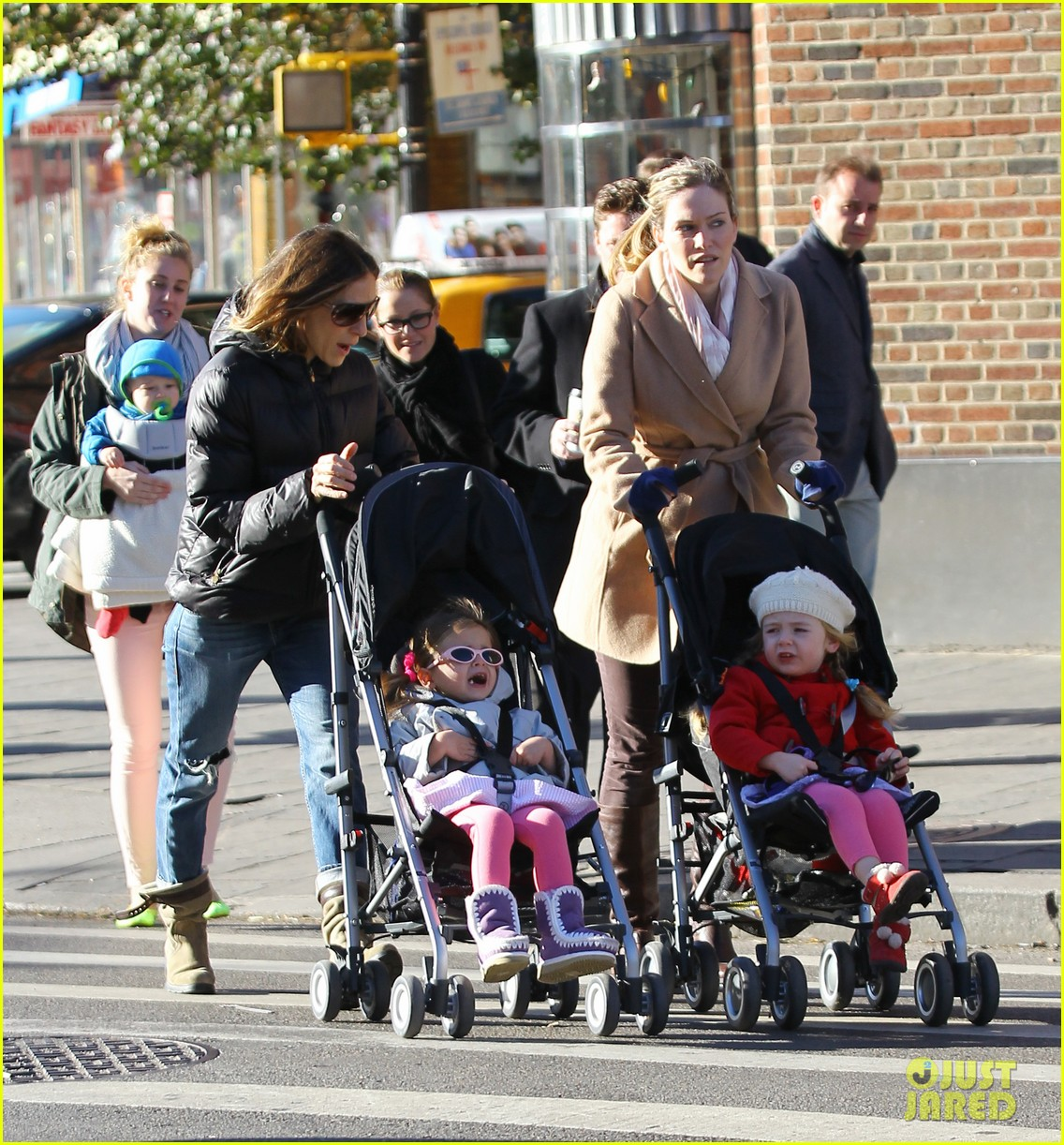 sarah jessica parker brisk morning walk with the kids 082754245