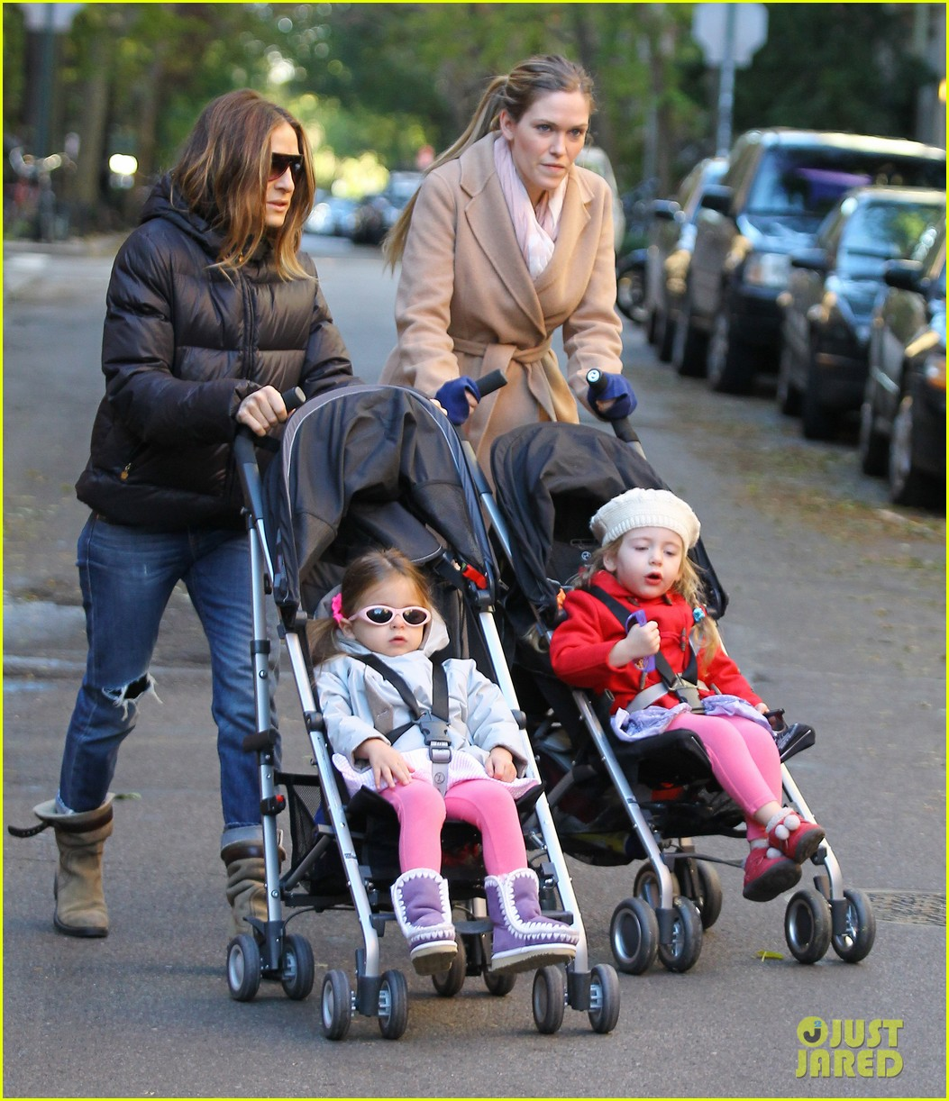 sarah jessica parker brisk morning walk with the kids 142754251