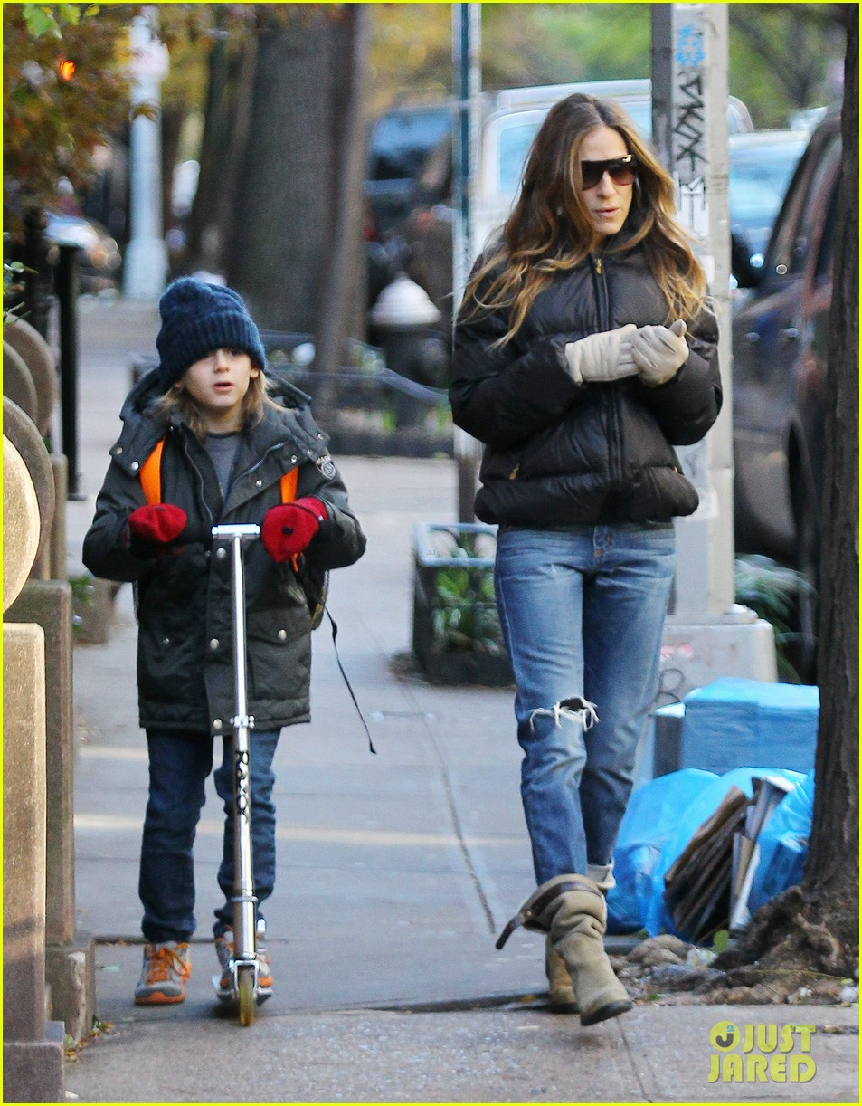 sarah jessica parker brisk morning walk with the kids 18