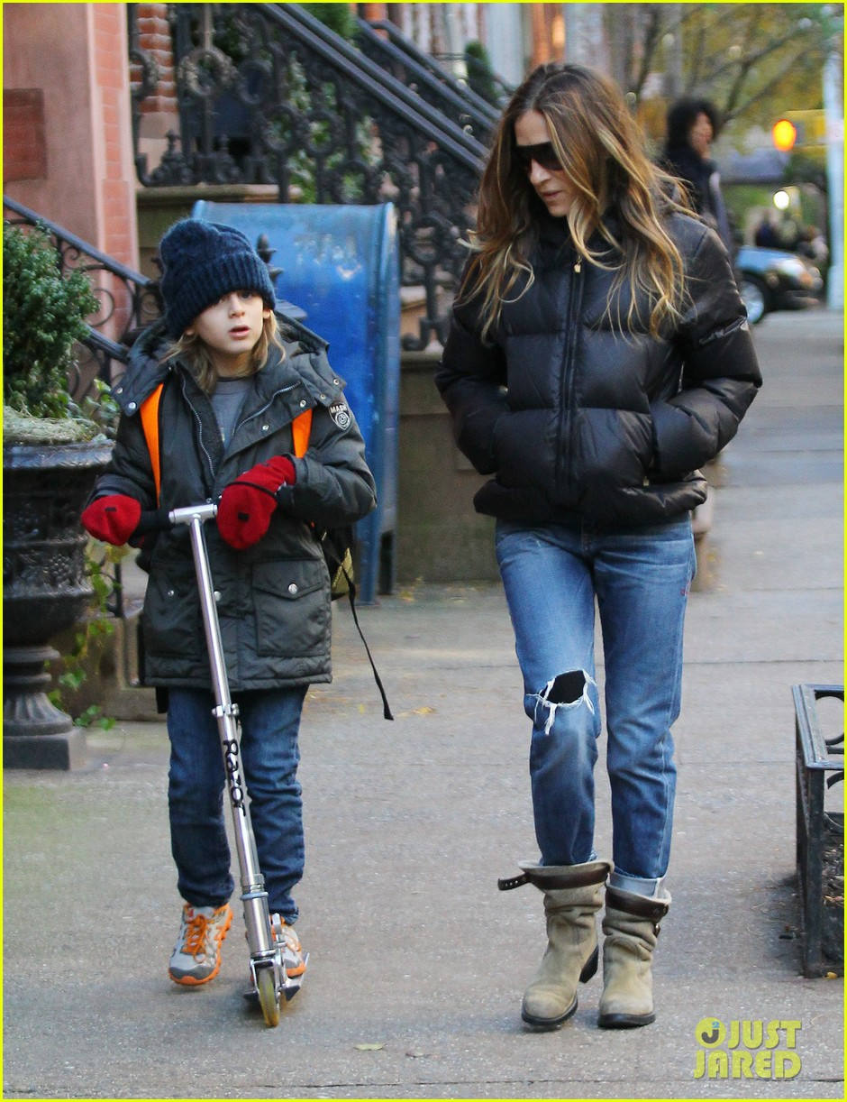 sarah jessica parker brisk morning walk with the kids 19
