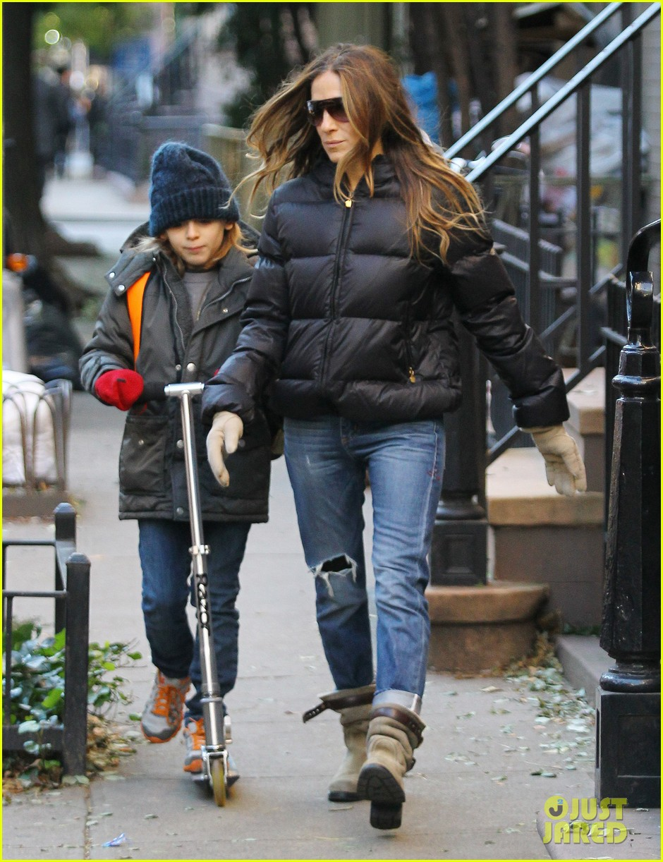 sarah jessica parker brisk morning walk with the kids 202754257