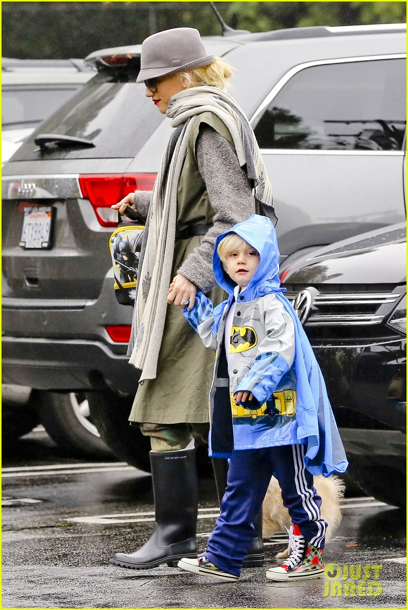 gwen stefani rainy family day 01