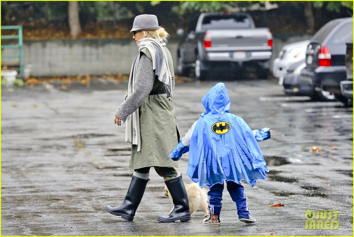 gwen stefani rainy family day 22