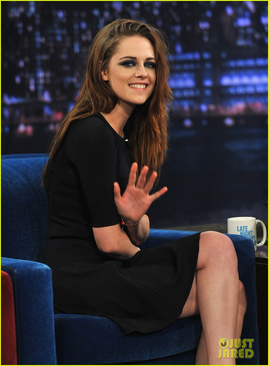 kristen stewart barefoot on late night with jimmy fallon 032752932