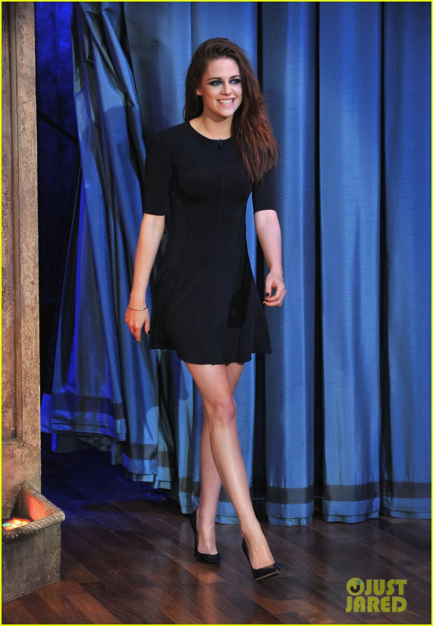 kristen stewart barefoot on late night with jimmy fallon 05