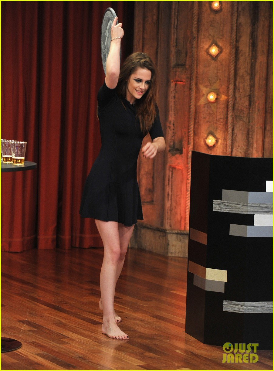 kristen stewart barefoot on late night with jimmy fallon 06